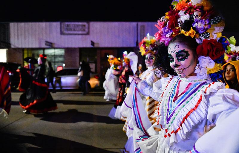 Las niñas participan en un desfile del Día de Muertos en Denver.