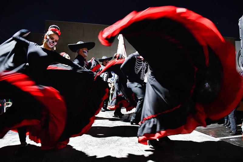 El baile es común en los desfiles del Día de Muertos.